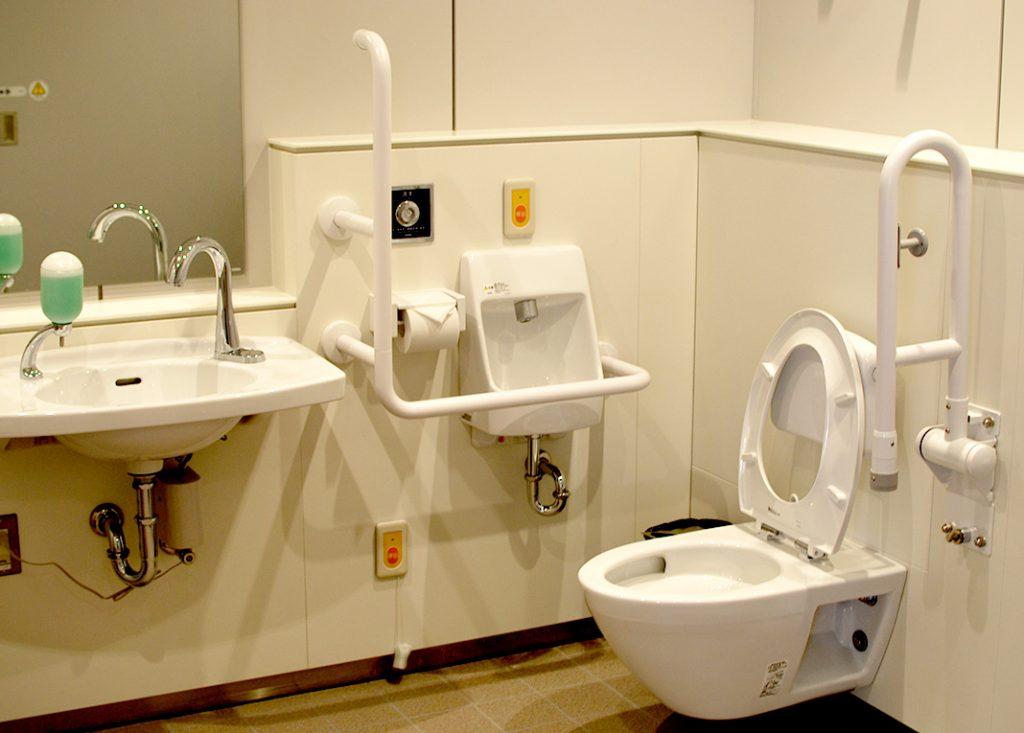 バスタ新宿はどのトイレにも多機能トイレが設置されています。