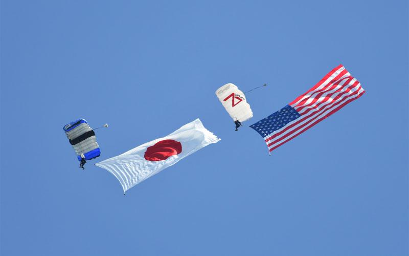日米の国旗を掲げダイバーが降下!