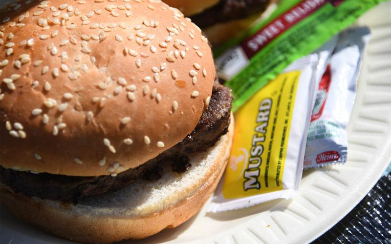 肉汁が溢れ出すハンバーガー