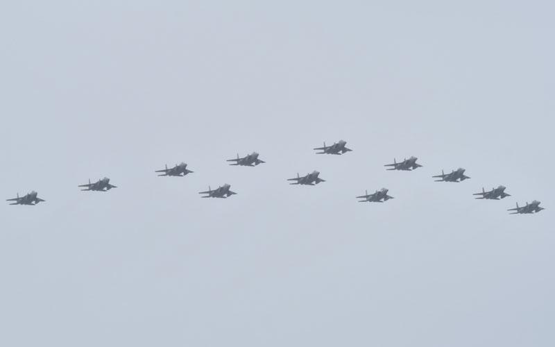 迫力満点!圧巻のF-15による大編隊飛行