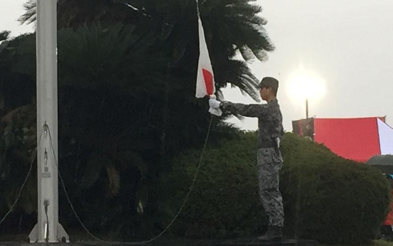 間近で国旗掲揚を見学
