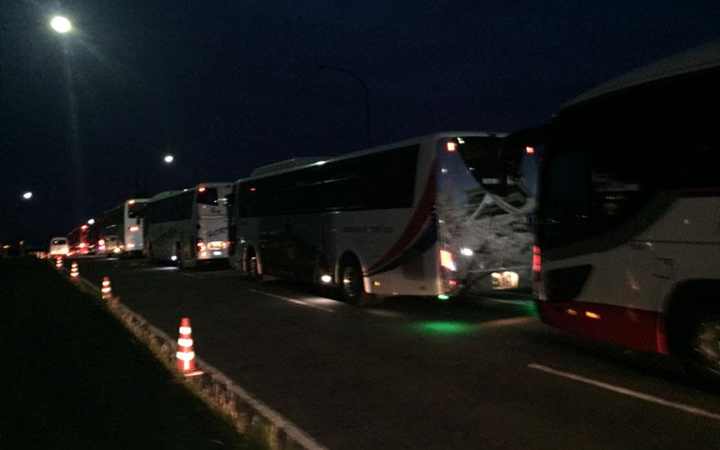 先頭のバスは4時前に到着