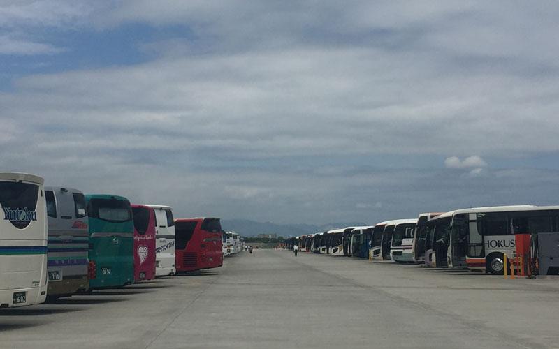 観光バスがギッシリ!