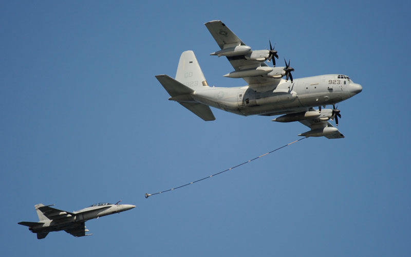 空中給油を受けるF-18