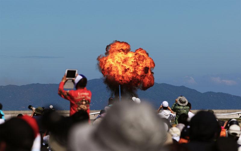 支援模擬爆撃で吹き上がる炎