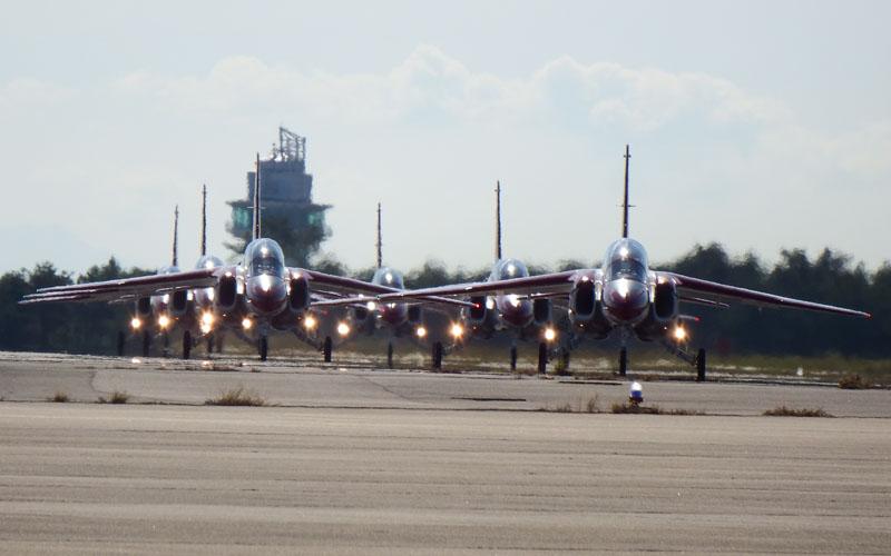飛び立つ前の赤いT-4