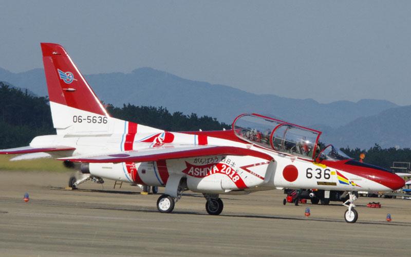 赤色のT-4が見られる芦屋基地