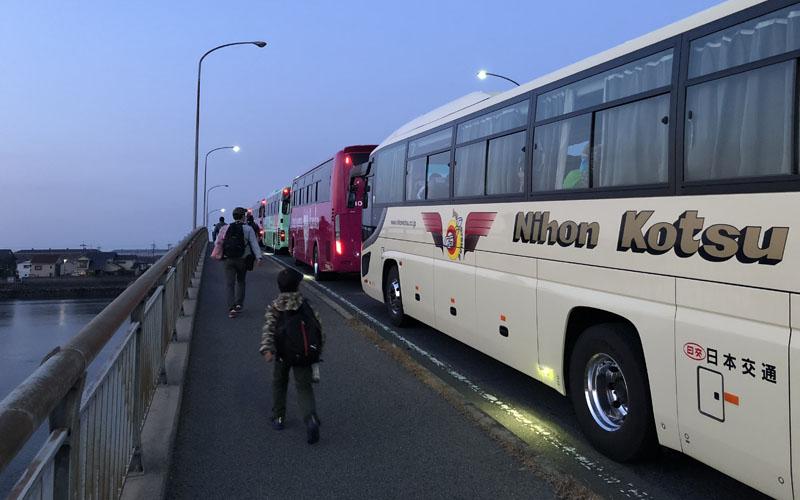 開門まで待機するバス