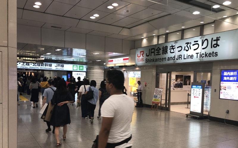 人が行き交う東京駅