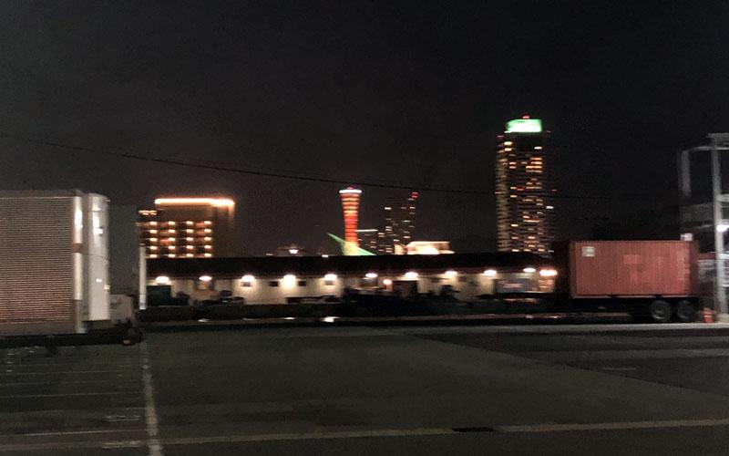 遠くに神戸ポートタワーが