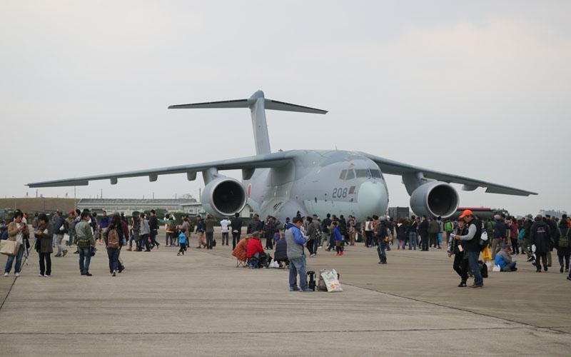 人が豆粒に見えるほどの大きな機体