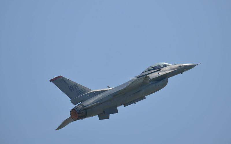 轟音響かせるF-16