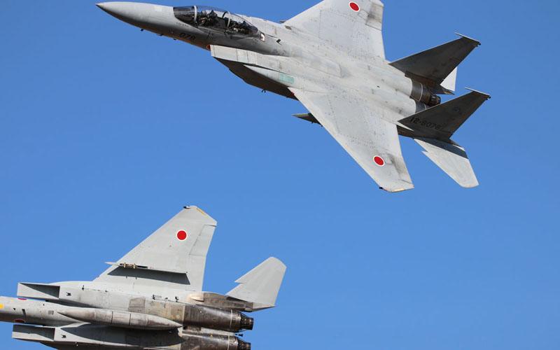 機動飛行を行うF-15