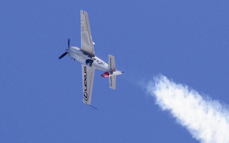 アクロバット飛行を披露