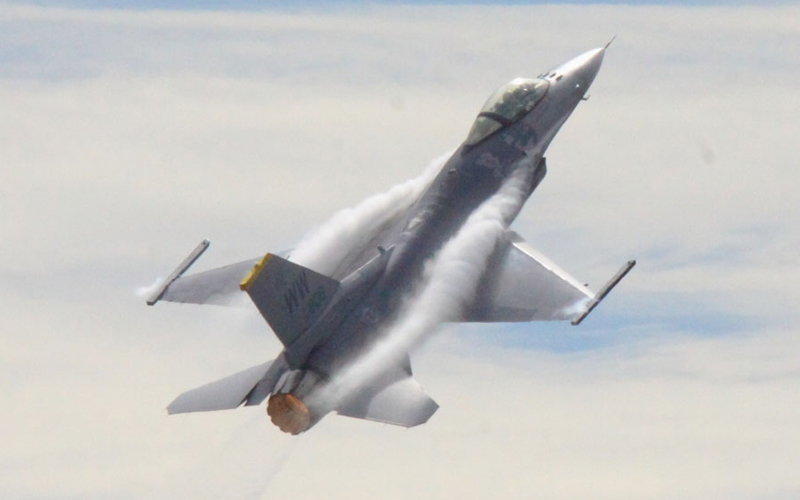 午前の展示飛行を締めくくったF-16