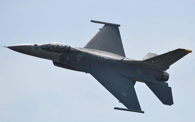圧巻のF-16デモチーム