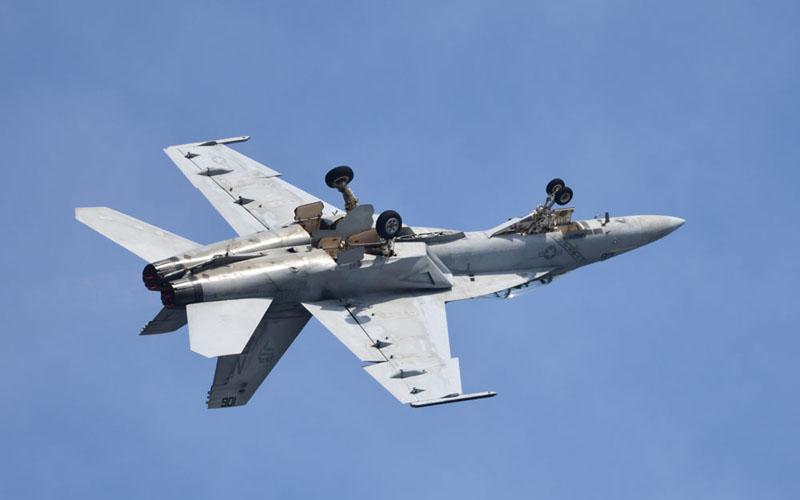 F/A-18による離陸直後の背面飛行