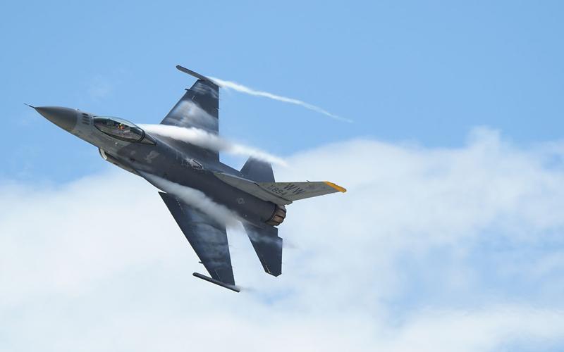 度肝を抜く飛行を見せたF-16